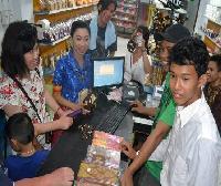 Belanja cenderamata di Pusat Oleh-Oleh Na To Mandar, Desa Tumpiling, (Ridwan Rido/Disbudpar Polman)